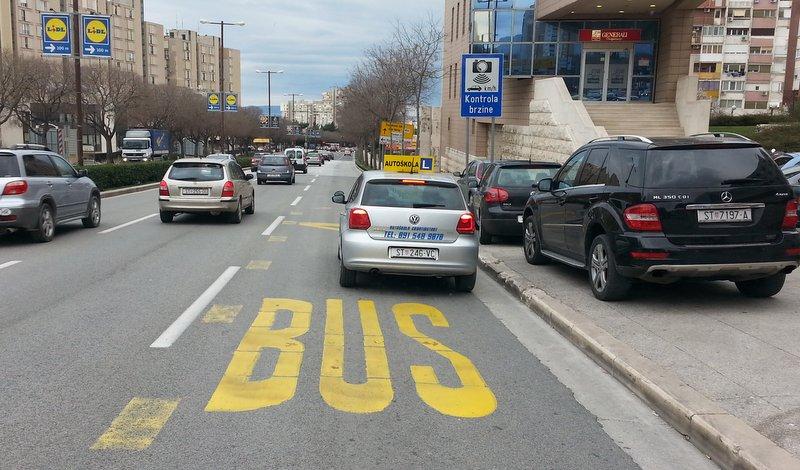 Instruktor autoškole Croatiastart nepropisno parkiran na autobusnoj stanici Smrdečac